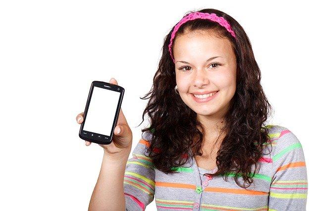 děvče s telefonem
